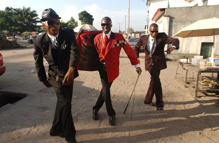 Les Sapeurs udávají pánský módní styl v Kongu. Zdroj: http://agnautacouture.com/
