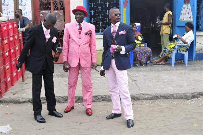 Elegantní muži v Kongu se barev opravdu nebojí. Zdroj: http://www.tonbarbier.com