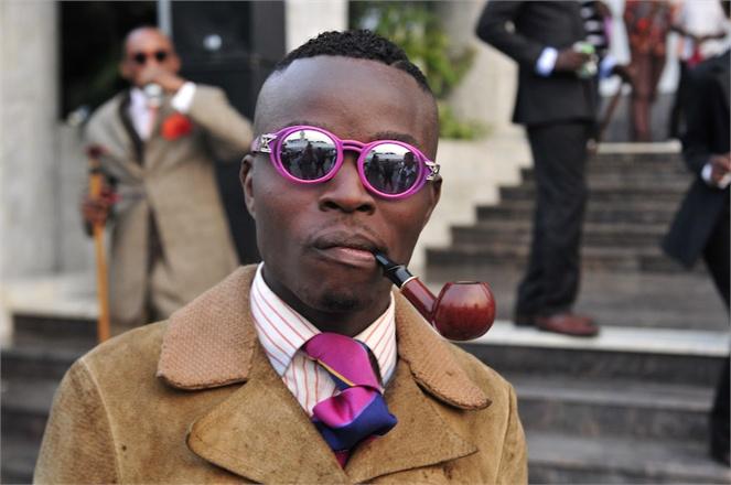 Les Sapeurs doplňují své outfity často doutníkem nebo dýmkou. Zdroj: http://agnautacouture.com/