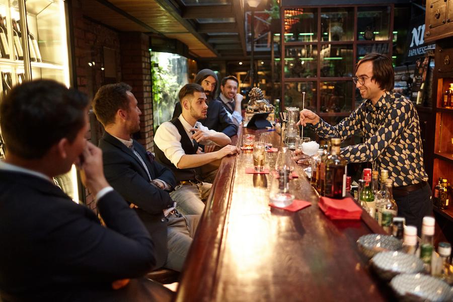 Pro mě nejlepší scénka. Ožralý Krisztian provokuje nás manažery hotelu, kteří si zašli na drink. Nej bylo, když si zul boty a dal si nohy na stůl...